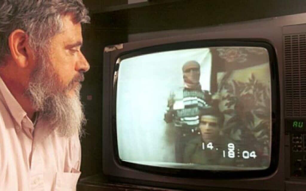 אביו של נחשון וקסמן צופה בבנו בשבי בחמאס (צילום: יוסי זמיר/ פלאש90)