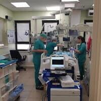 """ד""""ר משאלי, משמאל בטיפול נמרץ לב ילדים (צילום: אירה טולצ'ין אימרגליק)"""