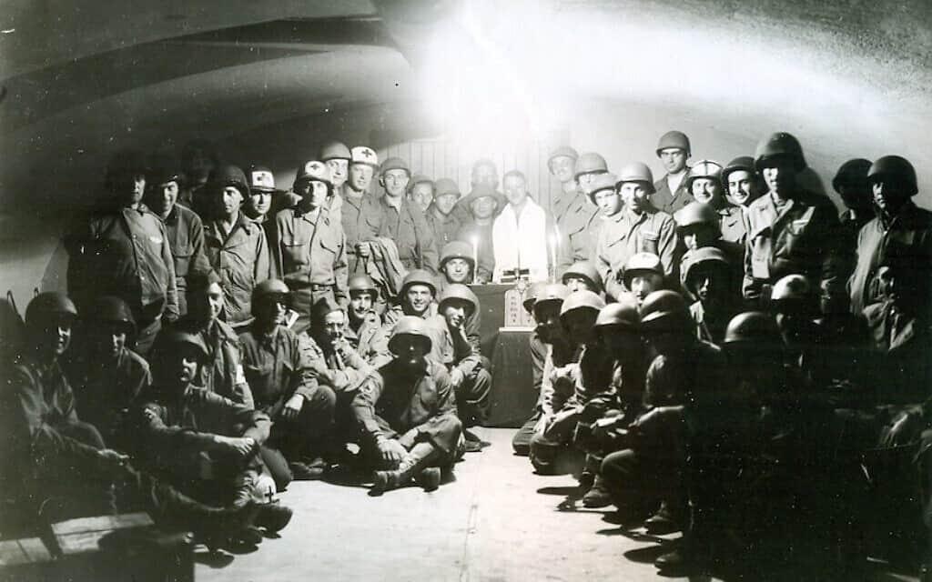 חיילים יהודים מחטיבת חייל הרגלים ה-329, בתפילות ראש השנה, בין בוז'אנסי לאורליאנס, צרפת, ב-1944 (צילום: באדיבות המוזיאון הלאומי להיסטוריה צבאית יהודית אמריקאית\ דרך JTA)