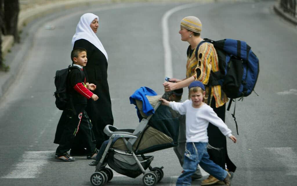משפחה מוסלמית ומשפחה יהודית בירושלים, 2005, אילוסטרציה, למצולמים אין קשר לנאמר בכתבה (צילום: AP Photo/Oded Balilty)