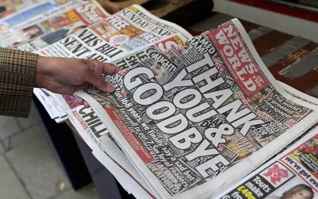 הגיליון האחרון של ״ניוז אוף דה וורלד״, מה-10 ביולי 2011. העיתון נסגר אחרי 168 שנים, בעקבות סקנדל האזנות הסתר (צילום: AP Photo/Sang Tan)
