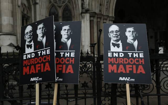 מחאה מחוץ לבית המשפט העליון בלונדון, במהלך חקירת לוויסון, נגד ג׳יימס ורופרט מרדוק. 24 באפריל 2012 (צילום: AP Photo/Matt Dunham)