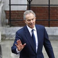 טוני בלייר יוצא מבית המשפט העליון אחרי שמסר עדות בחקירת לוויסון, ב-28 במאי 2012 (צילום: AP Photo/Lefteris Pitarakis)