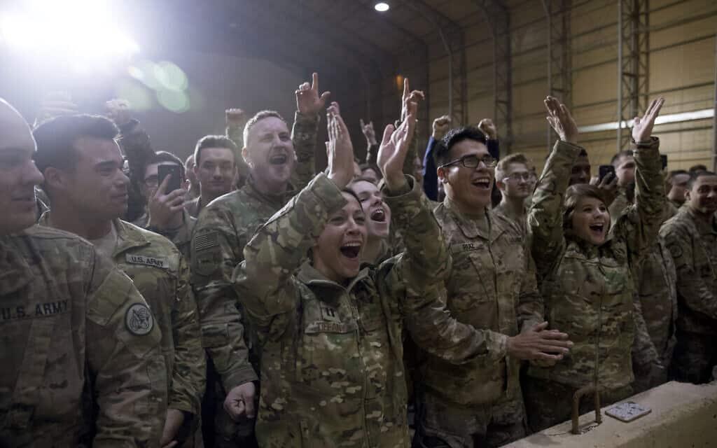 חיילים אמריקאים בעיראק, מריעים לנשיא טראמפ, שהבטיח כי לא יסיג כוחות משם, 2018 (צילום: AP Photo/Andrew Harnik)