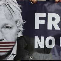 שלט בהפגנה למען ג'וליאן אסאנג' – ארכיון (צילום: Frank Augstein, AP)