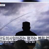 אזרחים בדרום קוריאה צופים בניסוי טילים שביצעה צפון קוריאה, באוגוסט האחרון (צילום: Ahn Young-joon/AP)