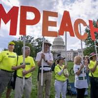 """מפגינים בארה""""ב קוראים להדחת טראמפ (צילום: AP Photo/J. Scott Applewhite)"""