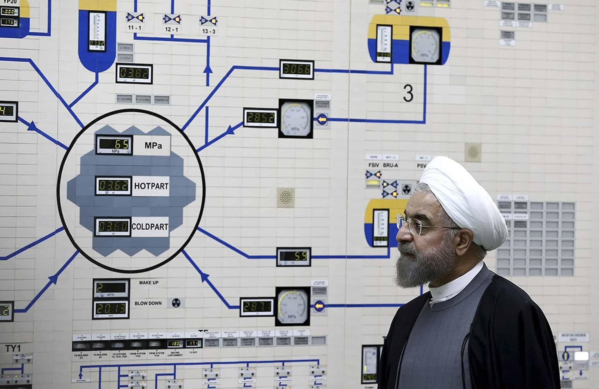 נשיא איראן חסן רוחאני מבקר בכור הגרעיני בבושאר, ב-13 בינואר 2015 (צילום: AP Photo/Iranian Presidency Office, Mohammad Berno)