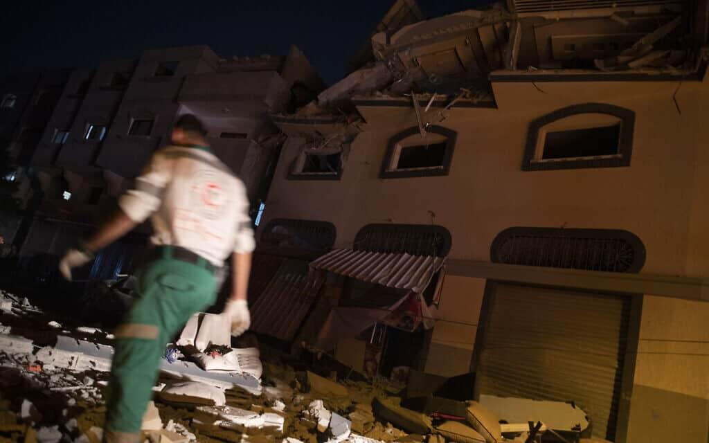 ביתו של אבו אל-עטא בעזה לאחר שהופצץ (צילום: Khalil Hamra, AP)