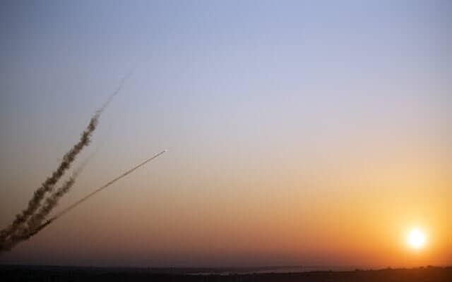 רקטות נורות מעזה לישראל (צילום: Khalil Hamra, AP)