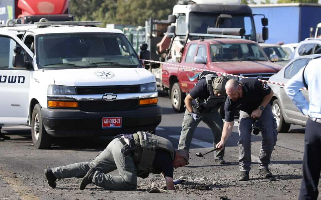 אנשי ביטחון בכביש שנפגע מרי רקטות מעזה, סמוך לאשדוד. 12 בנובמבר 2019 (צילום: AP Photo/Ariel Schalit)