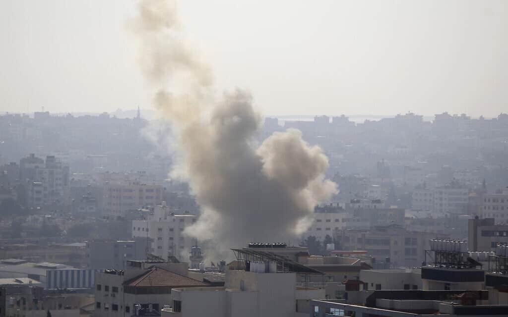 עשן מיתמר אחרי תקיפה ישראלית בעיר עזה (צילום: Hatem Moussa, AP)