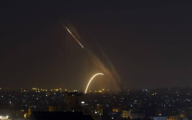 רקטות נורות מעזה לעבר ישראל, ב-13 בנובמבר 2019 (צילום: AP Photo/Khalil Hamra)