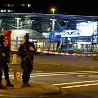 כוחות ביטחון בנמל התעופה סכיפהול שבהולנד – ארכיון (צילום: Peter Dejong, AP)