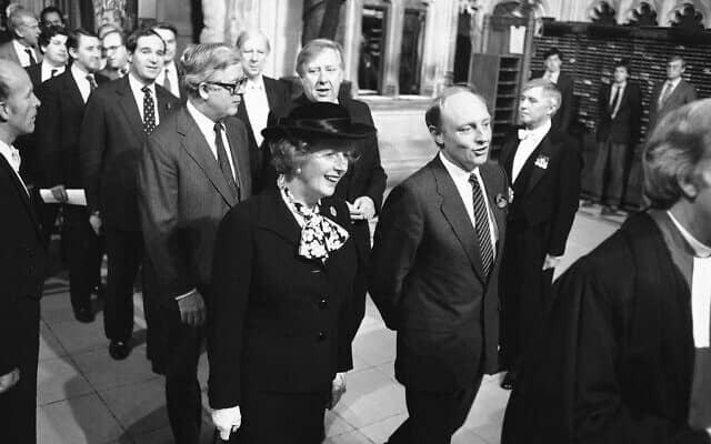 מרגרט תאצ׳ר ולצידה ראש האופוזיציה ניל קינוק, ב-6 בנובמבר 1984 (צילום: AP Photo/John Redman)