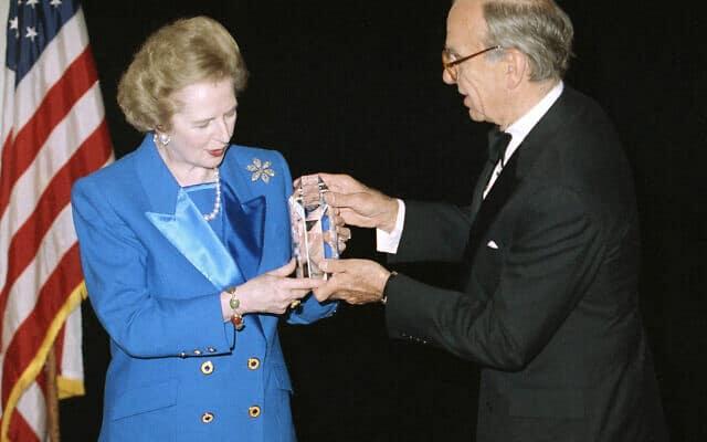 מרגרט תאצ׳ר מקבלת מידי רופרט מרדוק את פרס ההומניטריות השנתי בנומבר 1991 (צילום: AP Photo/Mike Albans)