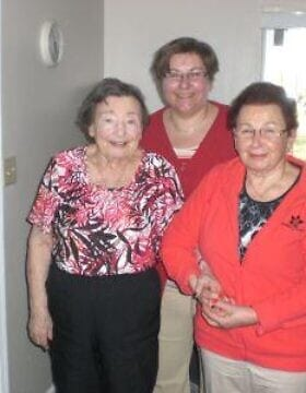 קלאודיה קייסינגר, מאחור במרכז, יחד עם אמה, מימין, ושורדת השואה רוז פרייס, משמאל (צילום: Courtesy)