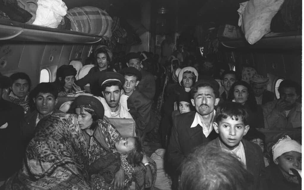 """יהודים עיראקים מגיעים לשדה התעופה לוד ב-1 במאי, 1950 (צילום: לע""""מ\בראונר טדי)"""