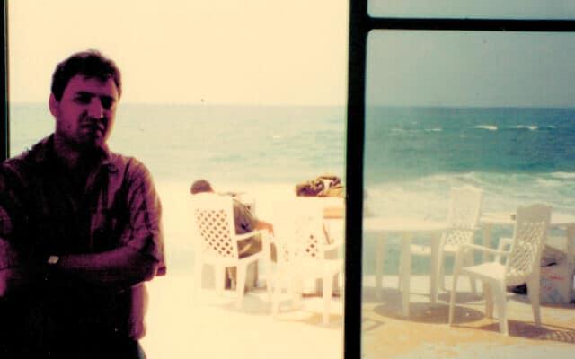 המחבר בחוף הים בעיר עזה