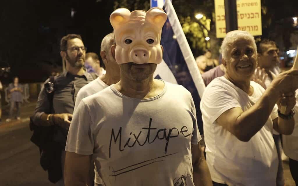 .מפגש בין מפגינים בעד ונגד נתניהו מול תחנת המשטרה בפתח תקווה, 2017 (צילום: Tomer Neuberg/Flash90)