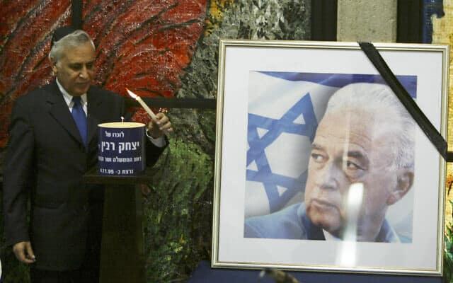 נשיא המדינה משה קצב מדליק נר לזכר רבין, 2006 (צילום: Pierre Terdjman / Flash90)