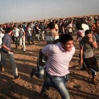 פלסטינים מפגינים בגבול עזה במסגרת יום הזעם, 2015 (צילום: Flash90)