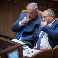 אביגדור ליברמן ובנימין נתניהו בכנסת, ב-24 באוקטובר 2017 (צילום: יונתן סינדל/פלאש90)