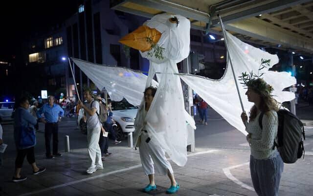 מיצג של יונת שלום בעצרת לזכר רבין, 2017 (צילום: Miriam Alster/Flash90)