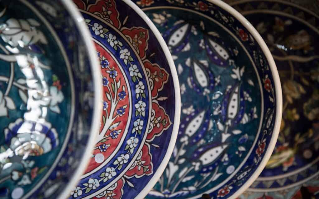 צלחות בסגנון ארמני בירושלים (צילום: הדס פרוש פלאש 90)
