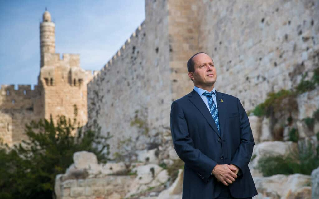 ניר ברקת, על רקע חומות ירושלים (צילום: יונתן סינדל/פלאש90)