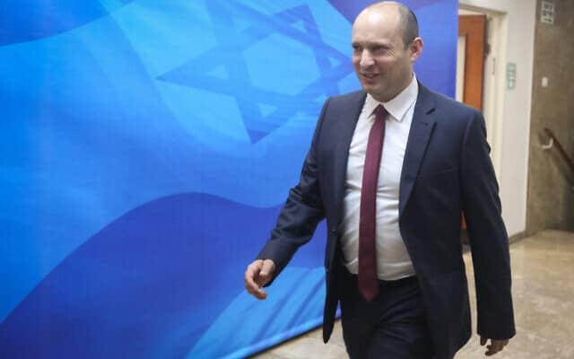 נפתלי בנט בדרכו לישיבת הממשלה השבועית במרץ האחרון (צילום: מרק ישראל סלם, פלאש 90)