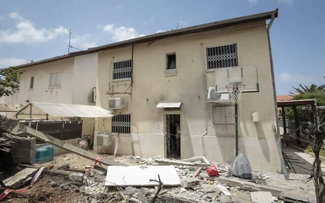 ביתו של משה אגדי בן ה -58, שנהרג מפצעי רסיסים לאחר שביתו נפגע ישירות מרקטה שנורתה מרצועת עזה לאשקלון . מאי 2019 (צילום: Tomer Shunem Halevi/Flash90)