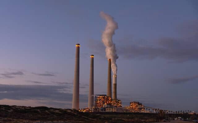 תחנת הכוח בחדרה. בתוך חמש שנים יעברו כל תחנות הכוח בישראל לעבוד על גז (צילום: Mila Aviv/Flash90)