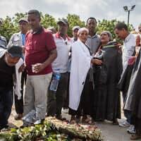 קרוביו של סלומון טקה פוקדים את קברו במלאת שבוע למותו, יולי 2019 (צילום: פלאש 90)