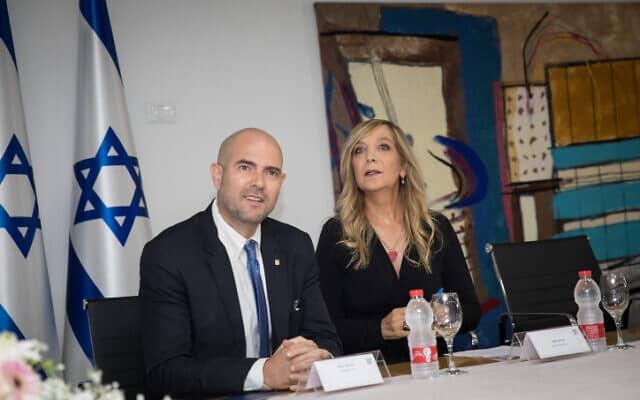 פלמור (מימין) ואוחנה בטקס הפרידה שלה ממשרד המשפטים, אוגוסט 2019 (צילום: הדס פרוש, פלאש 90)