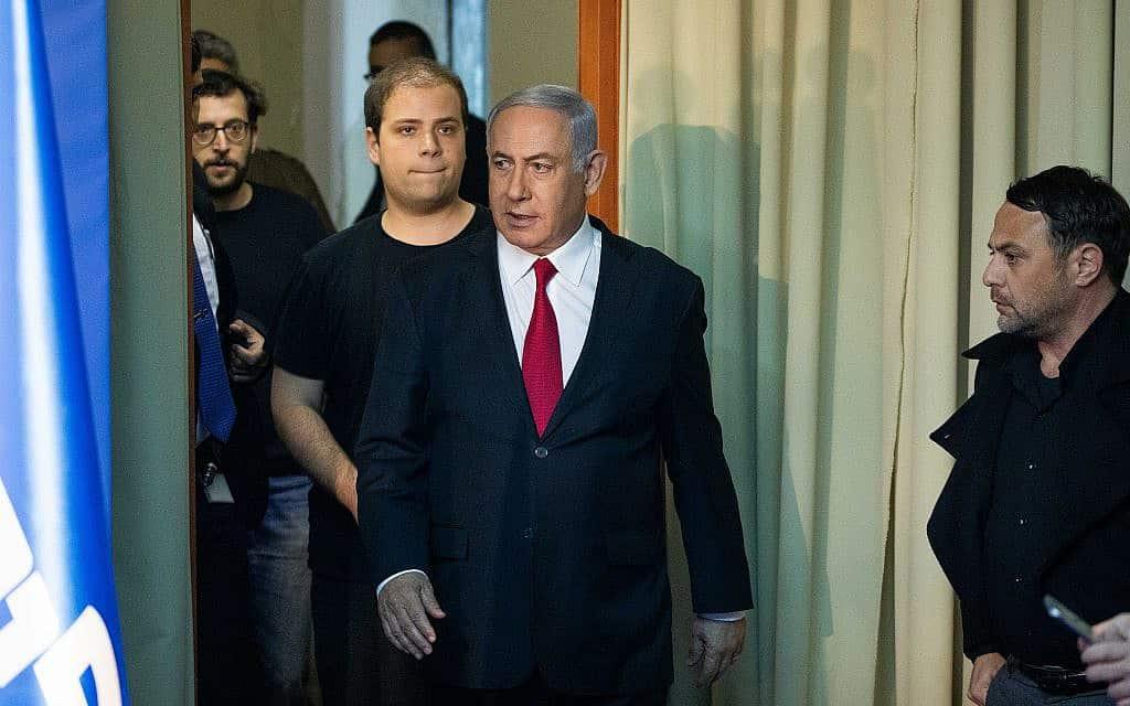 בנימין נתניהו נכנס למתחם ״וילה שוקן״ למסיבת עיתונאים. מאחוריו היועצים טופז לוק ויונתן אוריך. 20 במרץ 2019 (צילום: יונתן סינדל/פלאש90)