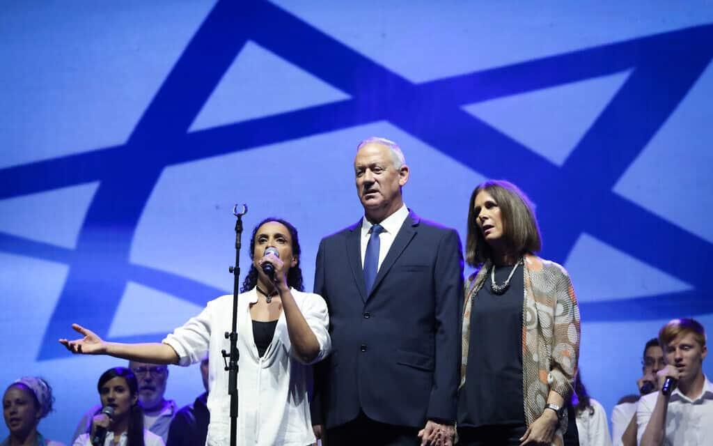 בני גנץ ואשתו עם הזמרת אחינועם ניני בעצרת לזכר רבין, תל אביב, נובמבר 2019 (צילום: Noam Revkin Fenton/Flash90)