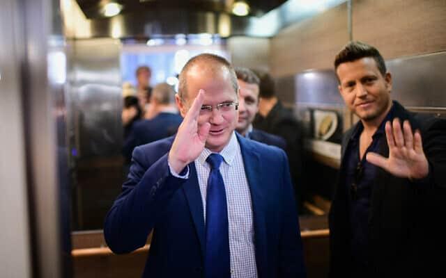 עודד פורר בדרכו לפגישת המשא ומתן עם כחול לבן (צילום: תומר נויברג, פלאש 90)