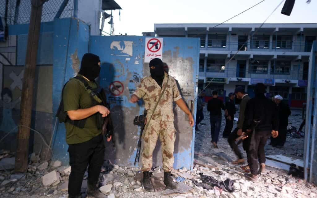 חמושים ליד הבית שבו חוסל איש הג'יהאד האיסלאמי אבו אל-עטא (צילום: חסן ג'די, פלאש 90)