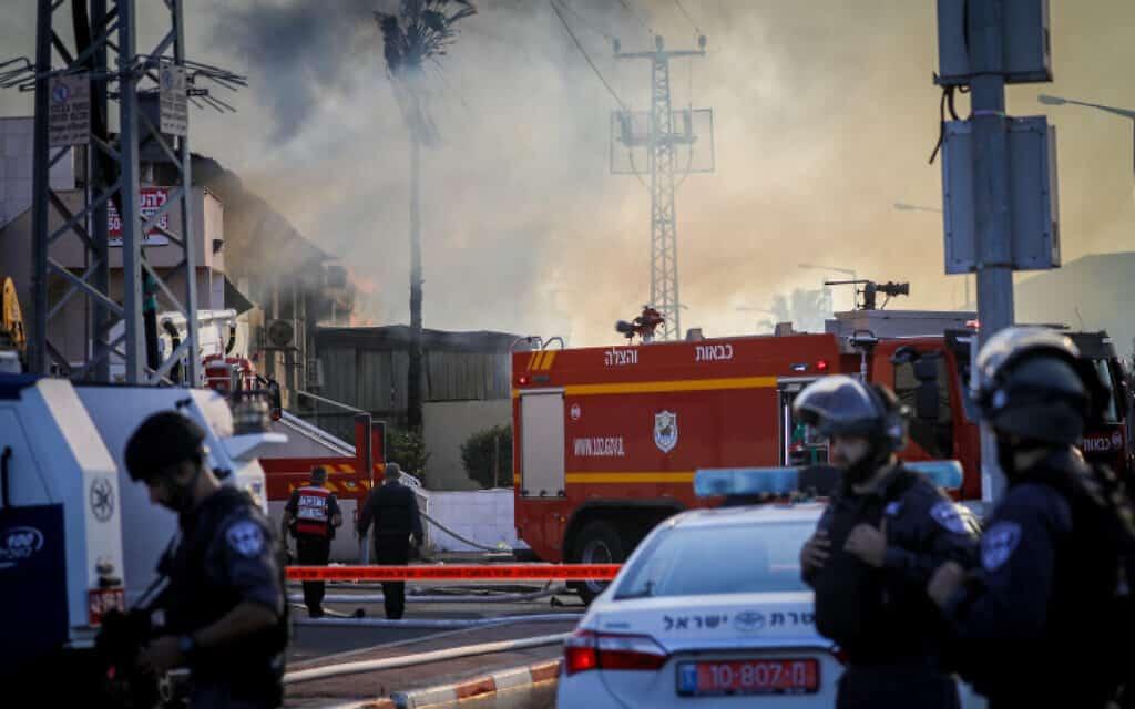 כוחות הכבאות בכיבוי השריפה שפרצה בעקבות פגיעה במפעל בשדרות (צילום: נועם רבקין פנטון/Flash90)