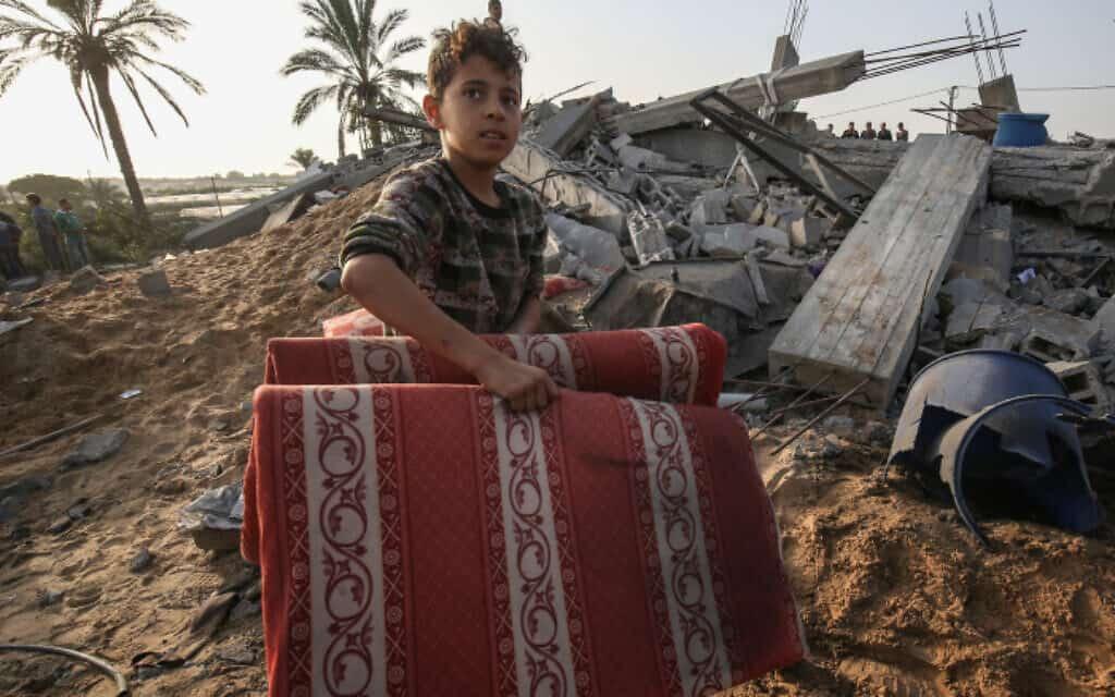 ילד פלסטיני ליד בית שהותקף ברצועת עזה (צילום: Flash90)