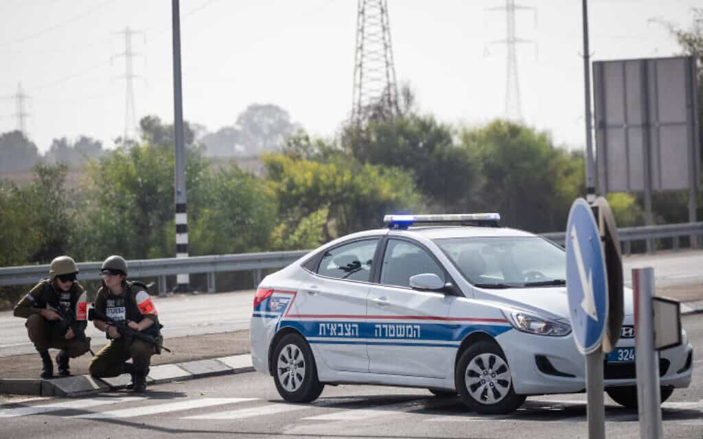 שוטרות המשטרה הצבאית מתגוננות בשעת שיגור רקטה (צילום: Flash90)