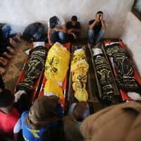 """הלוויה של המשפחה שנהרגה כתוצאה מהפצצה של צה""""ל ברצועת עזה (צילום: Flash90/חסן ג'די)"""