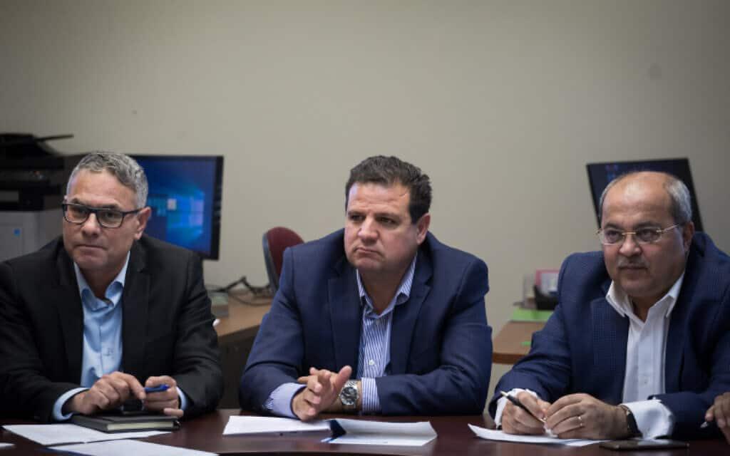 מימין: אחמד טיבי, איימן עודה ומטאנס שחאדה בישיבת סיעה של הרשימה המשותפת, היום (צילום: הדס פרוש, פלאש 90)