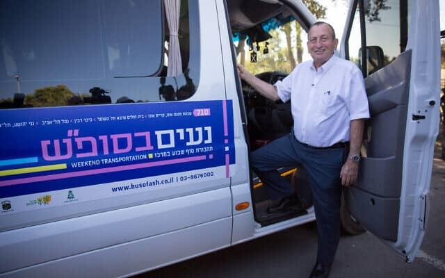 רון חולדאי משיק את התחבורה הציבורית בשבת באיזור המרכז (צילום: מרים אלסטר/פלאש90)