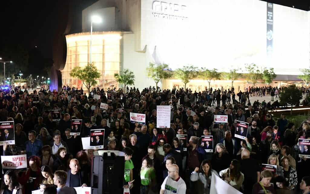 הפגנת מחנה השמאל בכיכר הבימה בקריאה לבנימין נתניהו להתפטר. 23 בנובמבר 2019 (צילום: תומר נויברג/פלאש90)