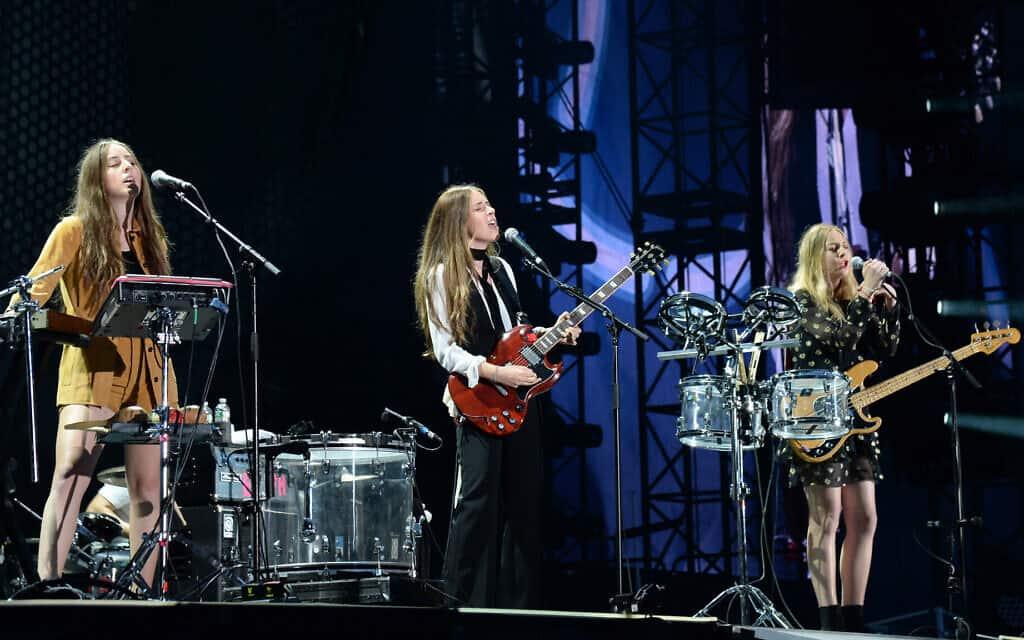 אחיות חיים (משמאל לימין), אלנה, דניאל ואסתי, בהופעה בניו ג׳רסי, 10 ביולי 2015 (צילום: Kevin Mazur/WireImage)