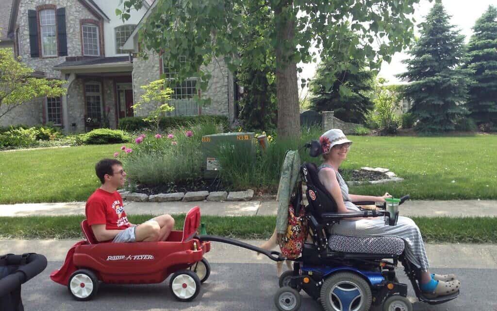 ג'ני קליינמן ברביצקי מושכת את בעלה, ג'ף, עם כיסא גלגלים ממונע (צילום: מתוך הסרט Grateful)