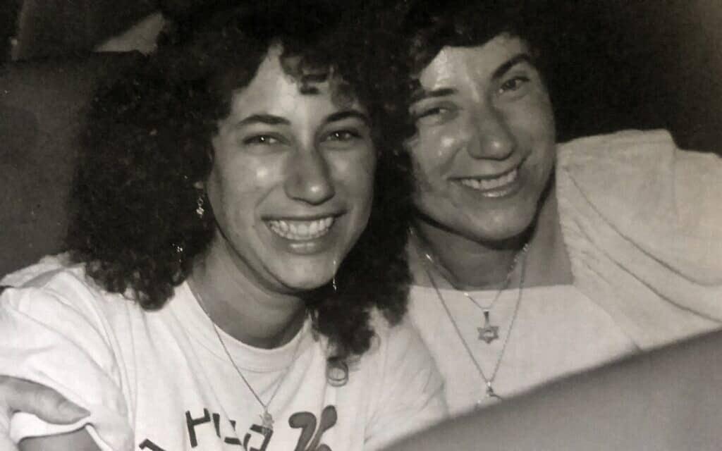 מרים גרין (משמאל) עם אמה, נעמי כהן, בסביבות 1983 (צילום: באדיבות מרים גרין)