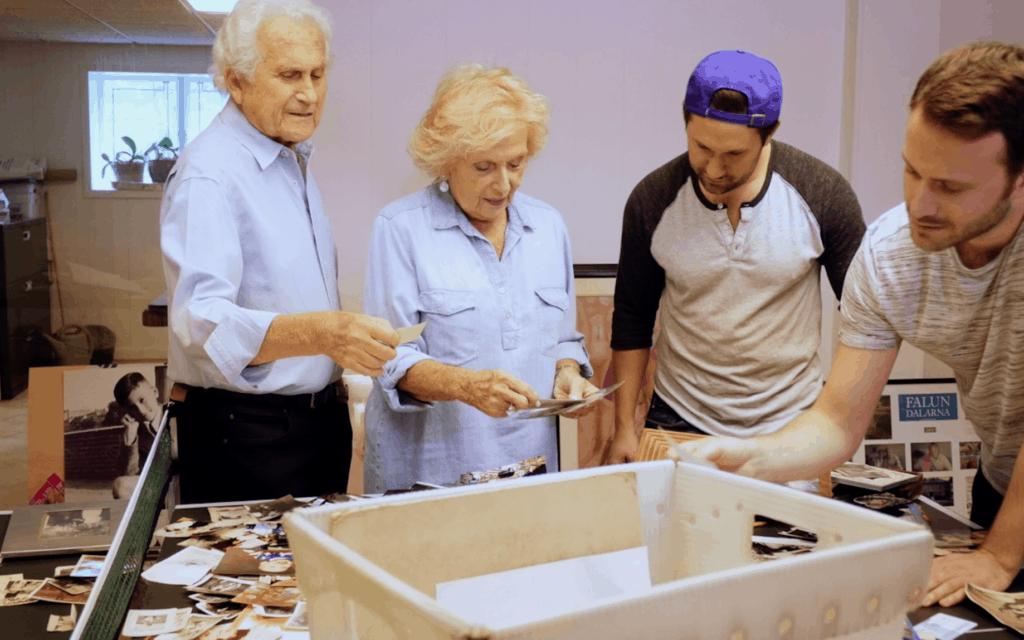 """יוצר הקולנוע טיילר גילדין מסתכל בתמונות משפחתיות עם סבו הרברט וסבתו גלוריה, בסצנה מתוך """"כוכב הים"""" (צילום: באדיבות גילדין)"""